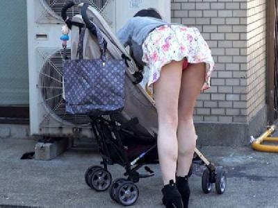 人妻さんのパンチラが尋常じゃなくセクシー…小さな子供に気を取られた若ママさんのパンチラ盗撮画像